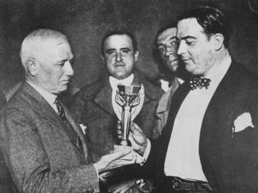 El primer presidente de la FIFA, Jules Rimet, presenta el primer trofeo del Mundial. (Foto: Getty)