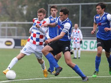 Dennis Kaars (l.) gaat richting het doel tijdens het competitieduel De Dijk - Jong FC Den Bosch (13-11-2016).