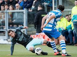 Ajax-aanvaller Amin Younes gaat naar de grond, maar neemt de bal mee. PEC Zwolle-verdediger Dirk Marcellis ziet de bal achter zich langs gaan. (15-01-2017)