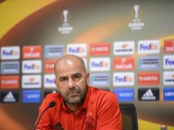 Ajax-trainer Peter Bosz is aan het woord tijdens de persconferentie voorafgaand aan het Europa League-duel Ajax - Standard Luik (28-09-2016).