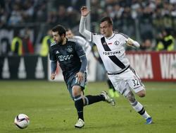 Miroslav Radović (r.) wordt voorbijgelopen door Amin Younes (l.), die behendiger is. (16--02-2017)
