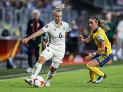 Nationalspielerin Kristin Demann (li.) spricht über das Spiel gegen Italien
