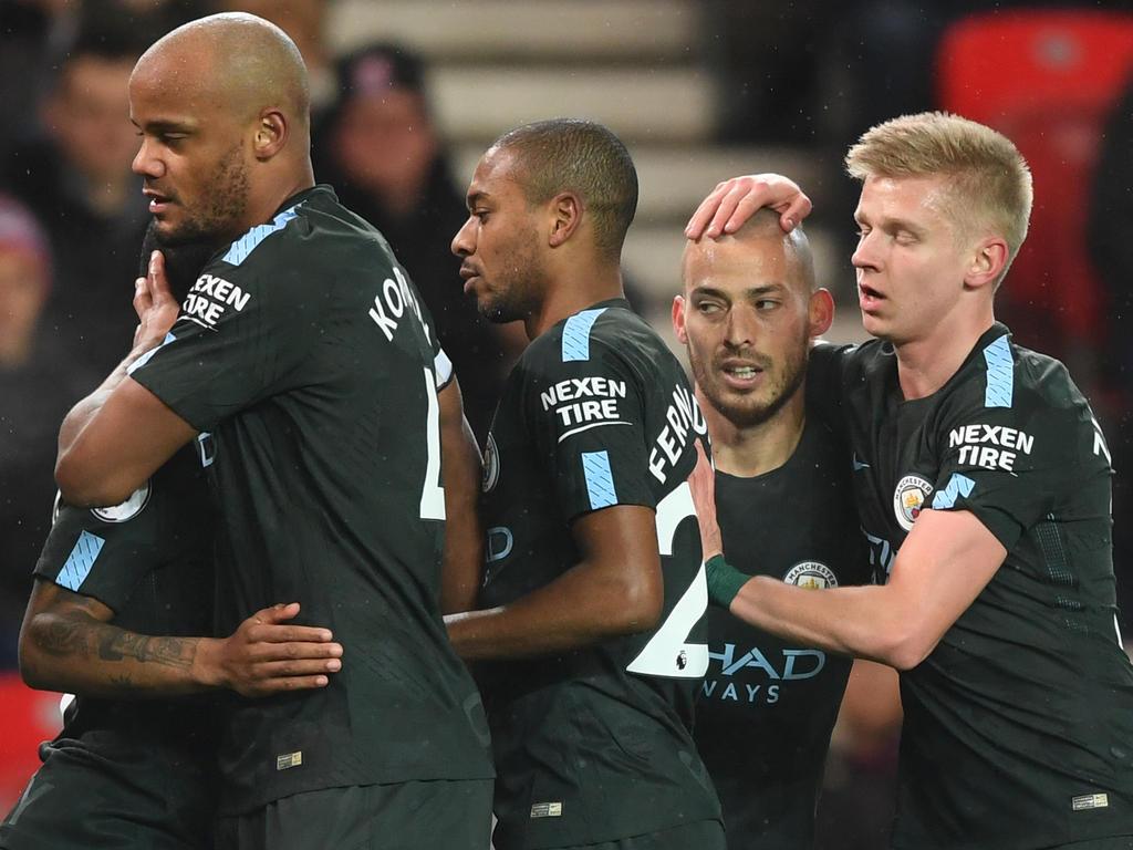 Die Spieler von Manchester City feiern David Silva (2.v.r) für seinen Treffer