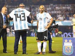 Mascherano recibe la camiseta por su partido 143 con Argentina. (Foto: Getty)