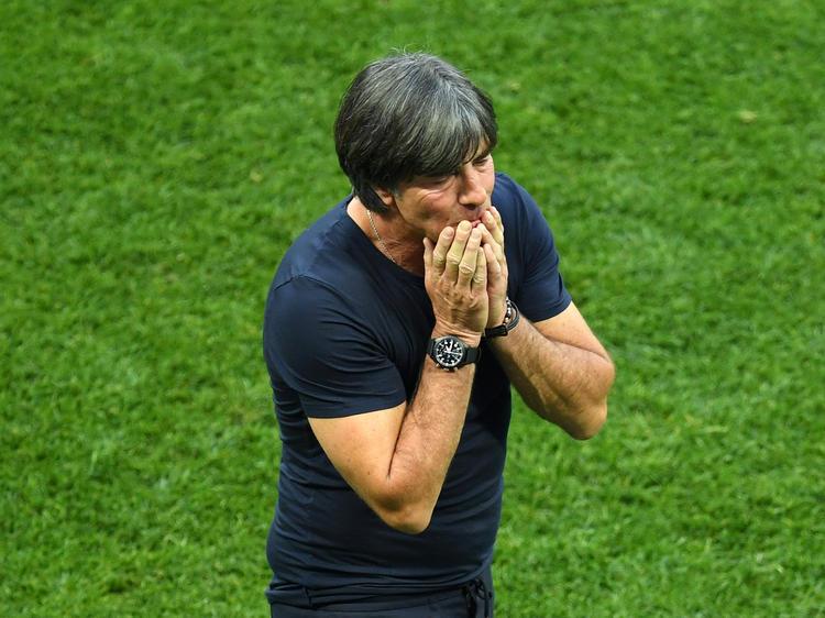 Joachim Löw stellt sich nach dem verpatzten WM-Auftakt den Fragen der Presse