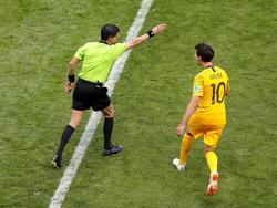 Schiedsrichter Andres Cunha nutzt im Spiel Frankreich gegen Australien den Videobeweis