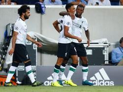 Trent Alexander-Arnold (m.) wordt gefeliciteerd door Georginio Wijnaldum (r.) en Mohamed Salah (l.) vanwege zijn treffer in het duel met 1899 Hoffenheim voor de playoffs van de Champions League. (15-08-2017)