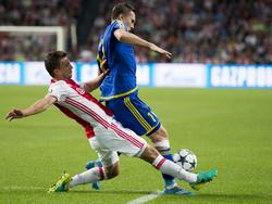 Aleksandr Bukharov (r.) wordt tijdens Ajax - FK Rostov flink onder druk gezet door Joël Veltman (l.). (16-08-2016)