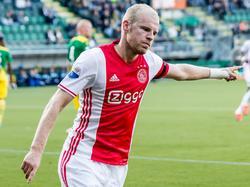 Davy Klaassen heeft Ajax op voorsprong geschoten op bezoek bij ADO. De aanvoerder bedankt de man van de assist. (16-10-2016)