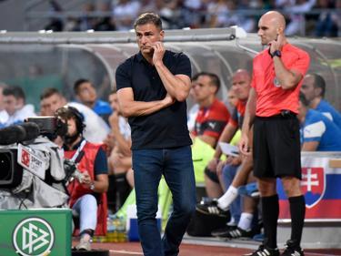 Trainer Stefan Kuntz (vorn) muss auf drei Kräfte verzichten