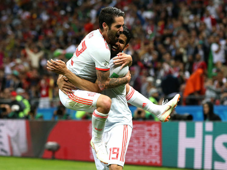 Isco se lanza sobre Diego Costa para celebrar el tanto ante Irán. (Foto: Getty)
