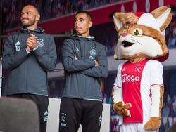 Heiko Westermann (l.) en Anwar El Ghazi (m.) laten zich zien aan de Amsterdamse fans. Ze staan samen met de mascotte van Ajax op het podium tijdens de Open Dag. (29-07-2016)