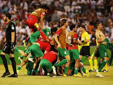 Die Spieler des Irak können sich nach dem gewonnenen Elfmeterschießen gegen den Iran kaum halten