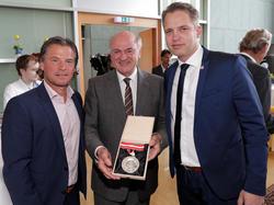 Ein Bild aus besseren Tagen: SKN-Sportdirektor Frenkie Schinkels, NÖ LH Erwin Pröll und SKN-Generalmanager Andreas Blumauer - hinten rechts geht Karl Daxbacher ab