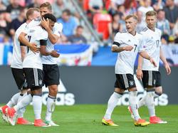 Deutscher Jubel nach dem 2:0-Endstand durch Serge Gnabry (2.v.l.)