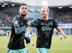 Davy Klaassen (r.) is er snel bij om Hakim Ziyech (l.) te feliciteren met zijn doelpunt. (15-01-2017)