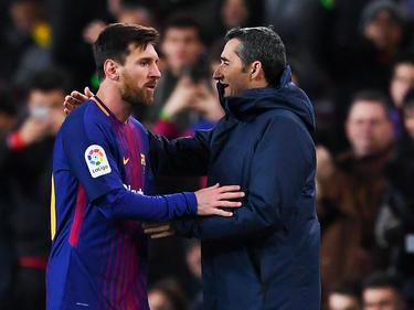Messi y Valverde dialogan en la banda en un duelo ante el Celta. (Foto: Getty)