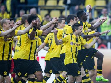 El Dortmund celebra la importante victoria con su afición. (Foto: Getty)