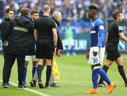 Streich (Bildmitte) musste auf Schalke zurückgehalten werden