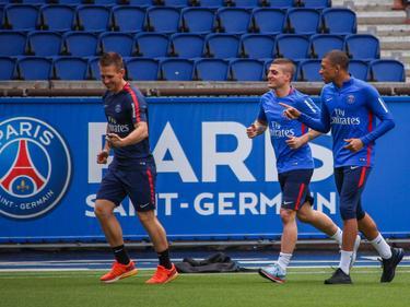 A la derecha Verratti y Mbappé se entrenan en una sesión reciente. (Foto: Imago)