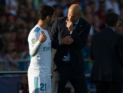 Isco (l.) im Gespräch mit Real-Coach Zinédine Zidane