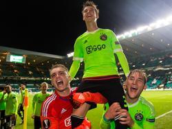 Jasper Cillessen (l.) en Nemanja Gudelj (r.) zijn de lulligste niet. Zij zetten broekie Vaclav Černý op de schouders, nadat hij Ajax de winst schenkt. (26-11-2015)