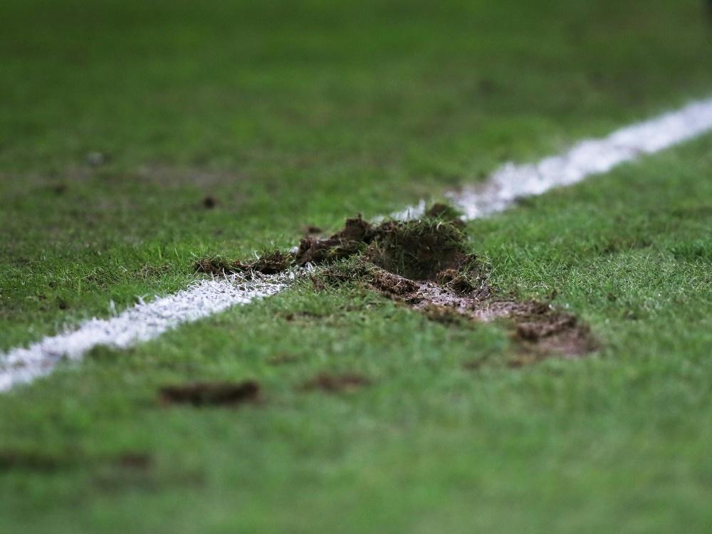 Der Rasen in Jena war am Dienstag unbespielbar