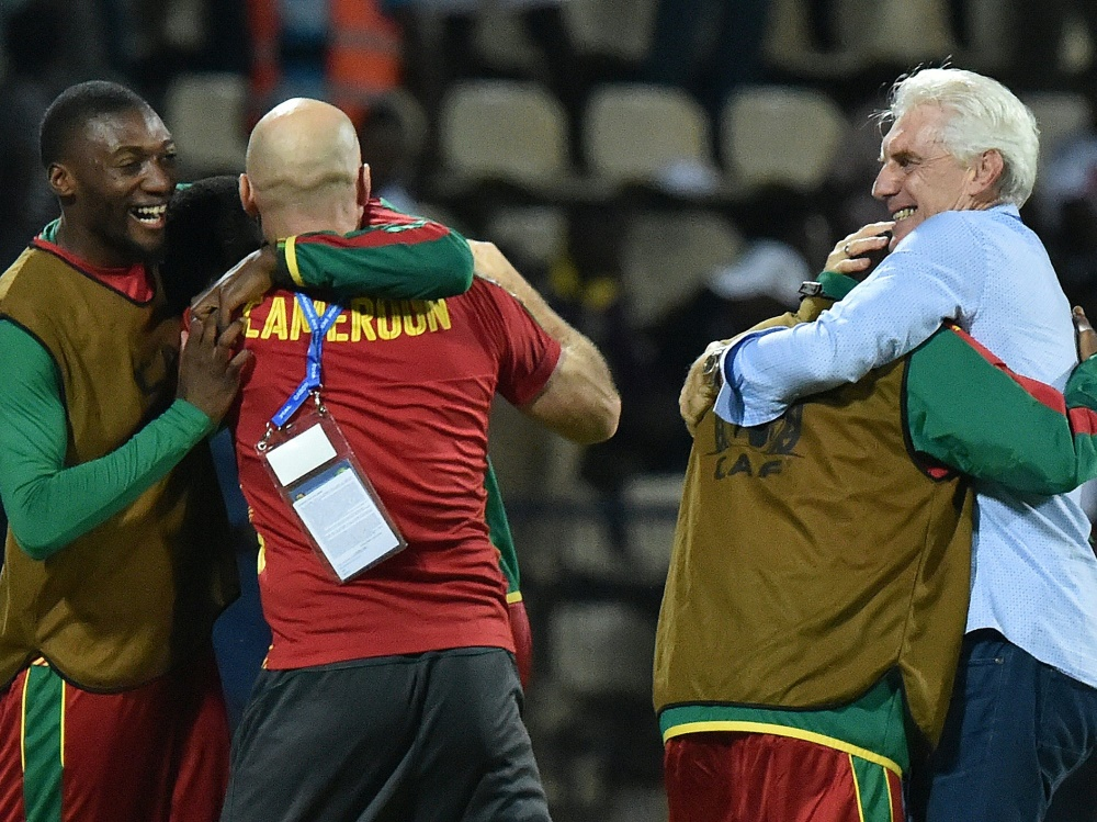 Löwen-Coach Hugo Broos feiert mit seinen Spielern