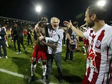 Ajaccio-Torschütze Camara (l.) feiert den Sieg