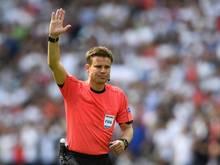 Schiedsrichter Dr. Felix Brych greift ins Geschehen ein