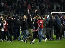 Mehrere Lille-Anhänger stürmten im Ligaspiel den Platz