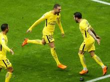 Dani Alves (re.) schoss PSG zum späten Sieg gegen Nizza