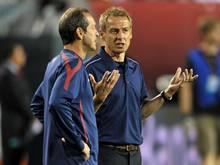 Thomas Dooley (l.) im Gespräch mit Jürgen Klinsmann