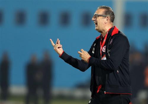 Georges Leekens geeft aanwijzingen aan de Algerijnse ploeg tijdens zijn debuutwedstrijd met het Noord-Afrikaanse land. (12-11-2016)