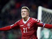 Spits Andreas Cornelius juicht na het scoren van een doelpunt voor Denemarken