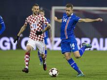 Marcelo Brozović (l.) kan niet voorkomen dat Kári Árnason een ploeggenoot gaat bereiken. (12-11-2016)
