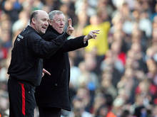 Mike Phelan (l.) assisteert Sir Alex Ferguson bij het doorgeven van tactische aanwijzingen.