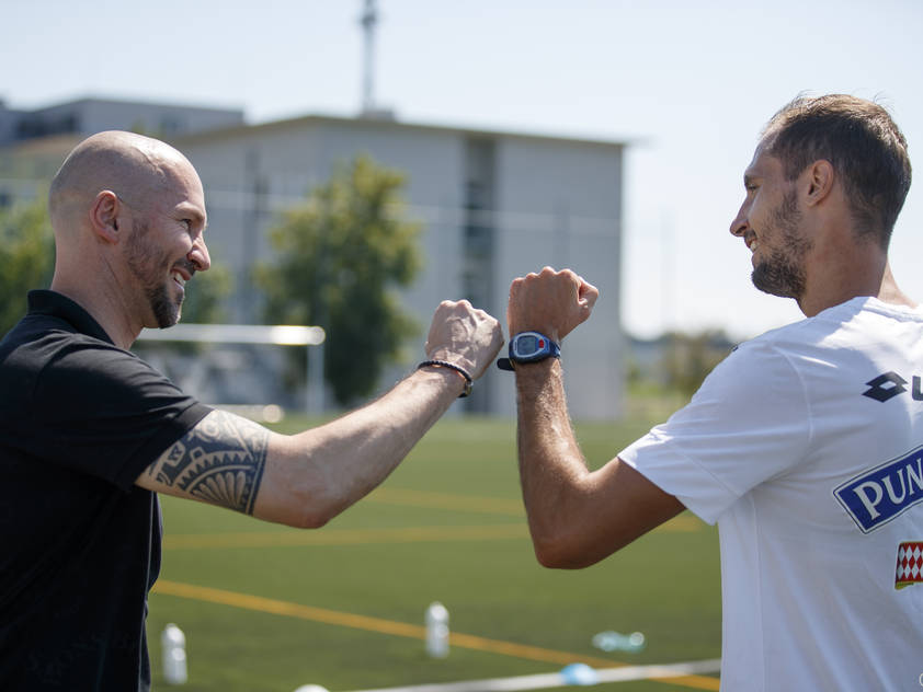 Der neue Trainer Christian Ilzer begrüßt Neuzugang Jon Gorenc Stankovič