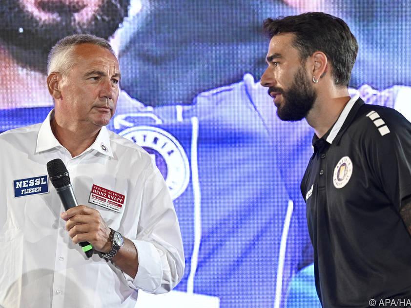 Klagenfurt-Trainer Pacult mit seinem neuen Kapitän Gkezos