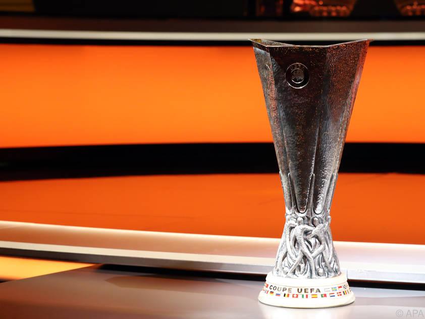 Die Trophäe bei der Europa-League-Auslosung schon einmal zum Ansehen