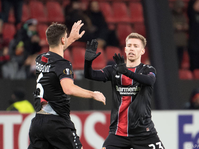 Aleks Dragović klatscht mit Mitchell Weiser ab
