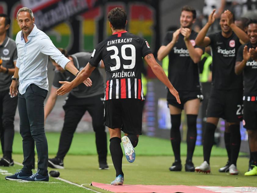Gonçalo Paciência nach seinem Tor zum 1:0 mit Cheftrainer Adi Hütter
