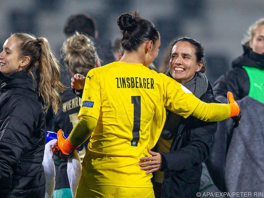 Irene Fuhrmann (r.) und Torfrau Manuela Zinsberger freuen sich auf den Test