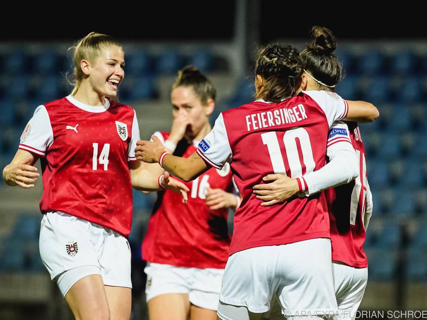 Die Österreicherinnen bejubeln das erste Tor durch Nicole Billa.
