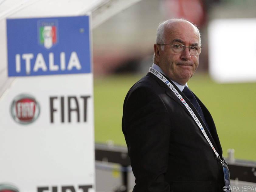 Italiens Verbandspräsident Carlo Tavecchio bleibt bei der UEFA vorläufig ausgeschlossen
