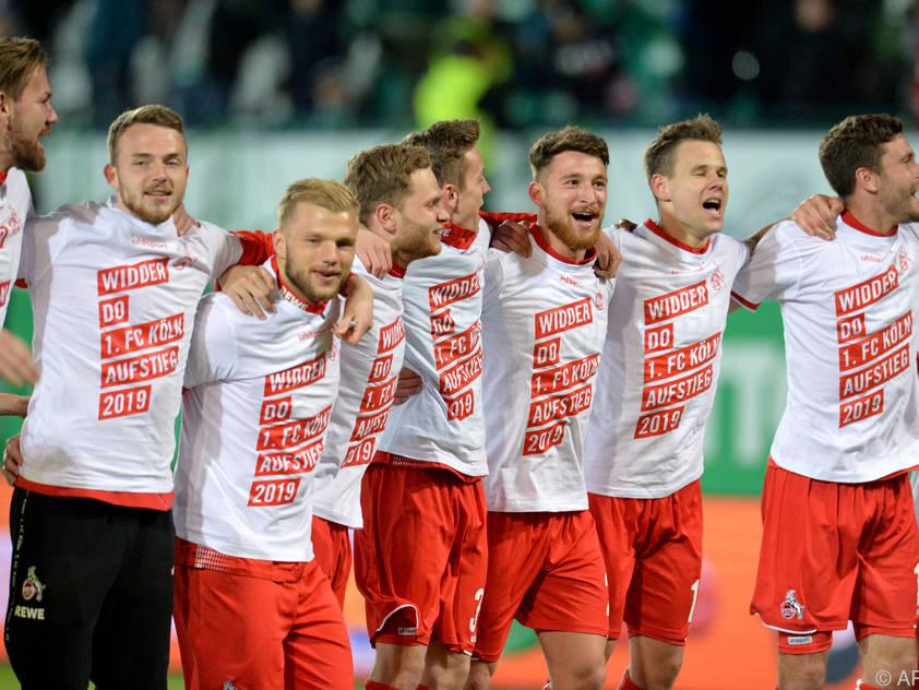 Der 1. FC Köln in Partystimmung. Auch Louis Schaub (2.v.r.) sang laut mit