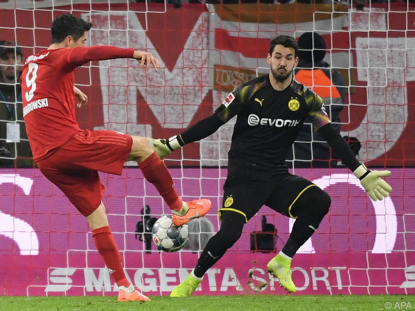 Lewandowski (links) stochert den Ball ins Tor