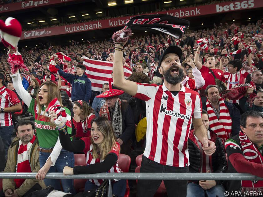 Fans von Athletic Bilbao genießen das Stadionerlebnis
