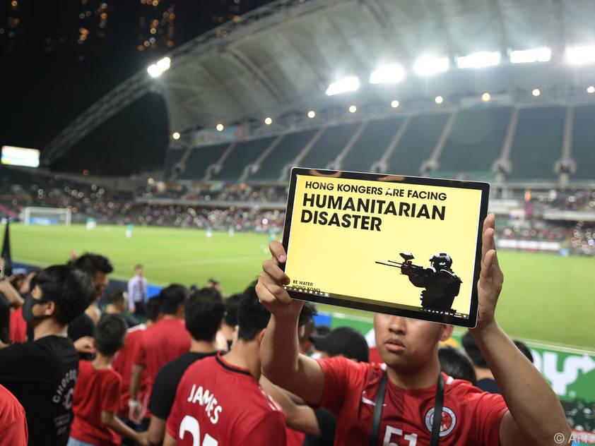 Anhänger drehten dem Spielfeld vor der Partie den Rücken zu