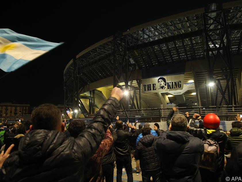 Maradona-Fans versammelten sich vor dem San-Paolo-Stadion
